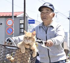 「ごんた」と自転車で散歩する井戸川さん