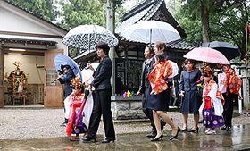 稚児参りに参列する子どもら。左は修繕された大神輿