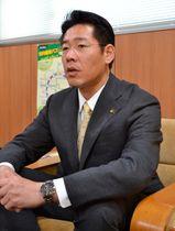 【報道陣の取材に応じる鈴木市長=伊勢市役所で】