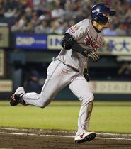 5回無死一塁、同点三塁打を放ち、一塁に向かう楽天・辰己=楽天生命パーク