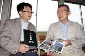 山内さん(左)と本の出来栄えを確かめる清原さん