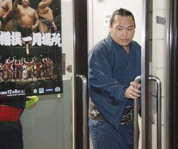 日本相撲協会の事情聴取を終え、両国国技館を出る貴ノ岩関の付け人=6日午後、東京都墨田区