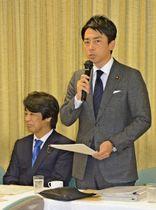 プロジェクトチームの初会合であいさつする小泉氏=12日午後、東京・永田町の自民党本部