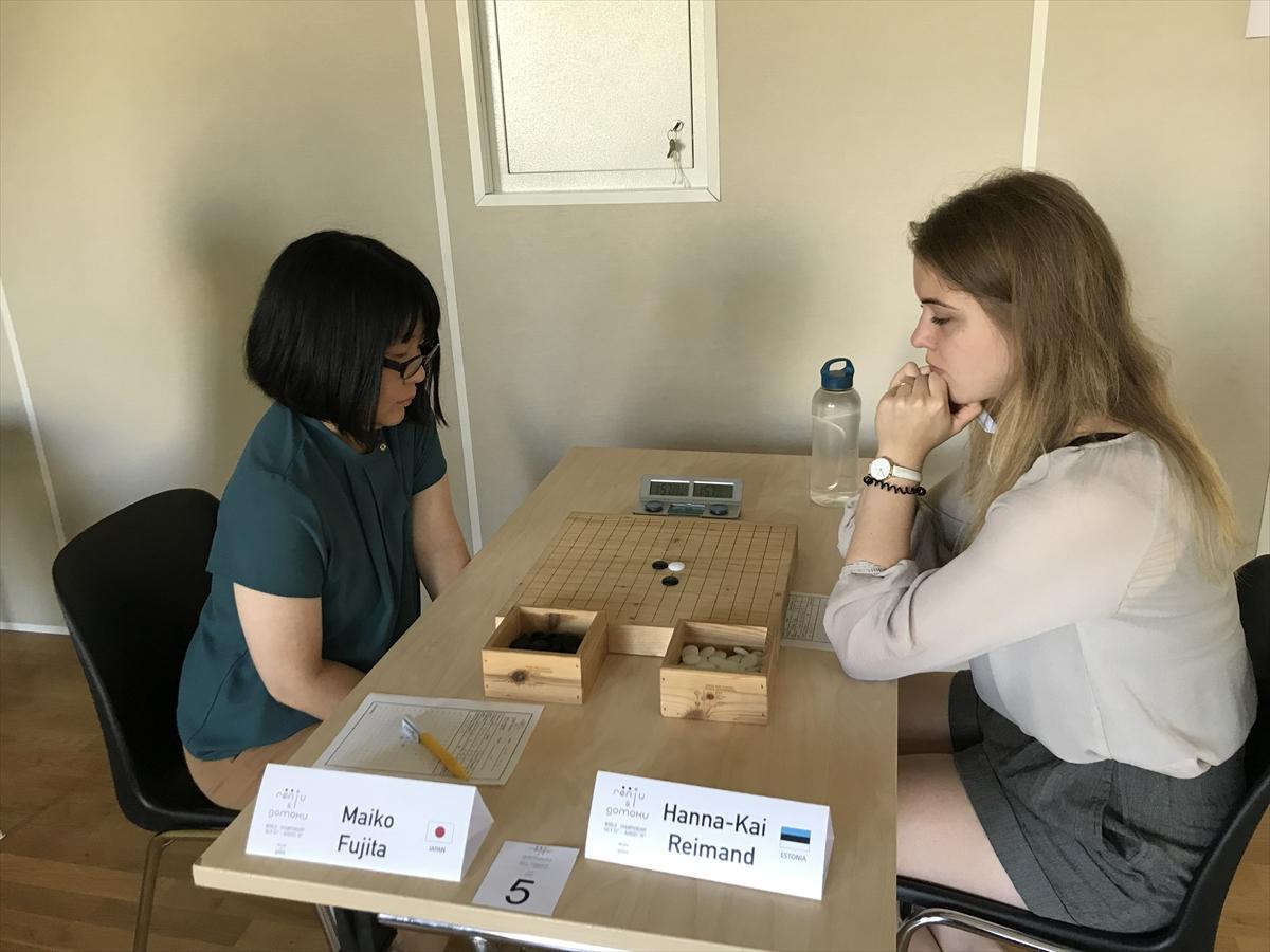 エストニアのプレーヤーと対戦する藤田麻衣子さん