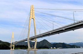 通行止めとなったクレインブリッジ。手前の橋脚部に設置された部品が損傷した(京都府舞鶴市平)