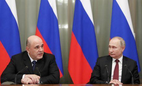 閣議に臨むロシアのプーチン大統領(右)とミシュスチン新首相=21日、モスクワ(AP=共同)