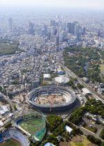 建設が進む新国立競技場。奥は新宿の高層ビル群=4月、東京都新宿区