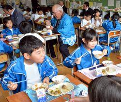 津志田芋を使った芋の子汁を味わう児童や関係者たち