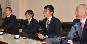 県勢初勝利への意気込みを示す(右から)及川和夫校長、佐藤徳信監督、高山桃主将、佐々木幸一部長