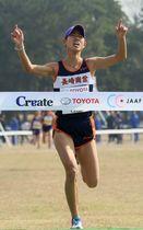 【U20女子】トップでゴールに飛び込む廣中(長崎商高)=海の中道海浜公園クロスカントリーコース