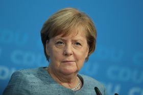 21日、ドイツ・ベルリンで記者会見するメルケル首相(ゲッティ=共同)