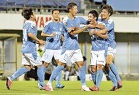 磐田―岡山 後半25分、フリーキックを決めて喜ぶ磐田の上原(右から2人目)=ヤマハスタジアム