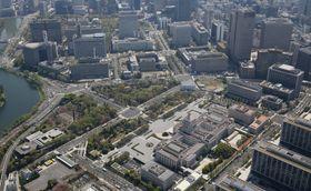 霞が関の官庁街(奥)。手前右は国会議事堂