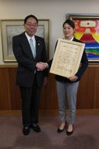 後藤知事と受賞を喜ぶ菊池彩花さん
