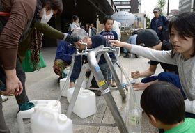 熊本地震で熊本市は全戸断水し、市民は給水車から水を受け取った=2016年4月16日、熊本市役所(横井誠)