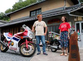 ライダーハウスの前で話す原田さん(左)と昌子さん