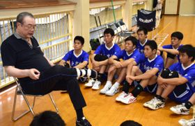 53年ぶりにインターハイに出場する母校の後輩にアドバイスを送る横田さん