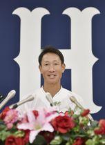 引退記者会見で語る広島の赤松真人外野手=22日、マツダスタジアム