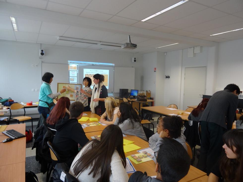 将棋を学ぶドミエ高校の生徒たち