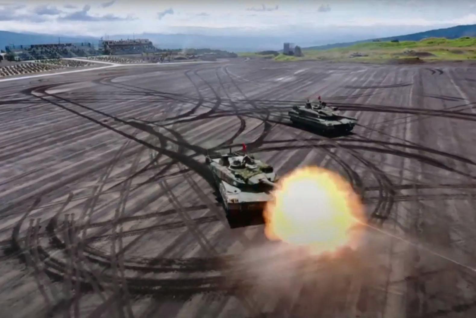 陸上自衛隊の「富士総合火力演習」で実弾射撃を行う10式戦車=23日午前、静岡県の東富士演習場(陸上自衛隊のユーチューブより)