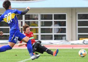 練習試合(30分×4回)の4回目 仙台-沖縄SV 14分、ゴール前で相手GKをかわし、仙台・石原直(左から2人目)がゴールを決める=西崎運動公園陸上競技場