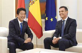 スペインのサンチェス首相(右)と懇談する安倍首相=16日、マドリード(共同)