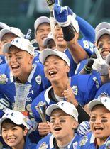 大学日本一を仲間と喜ぶ奥野耕世選手(中央)=16日午後、西宮市の甲子園球場(撮影・中西大二)