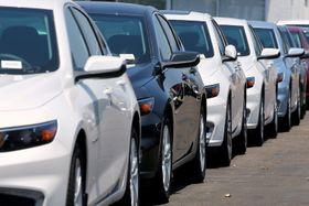 販売店に並べられた新車=2017年、米カリフォルニア州ナショナルシティー(ロイター=共同)
