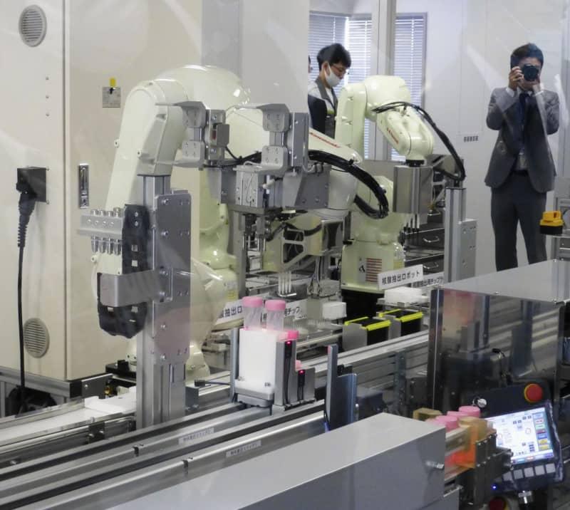 川崎重工業が公開したPCR検査の移動式ロボットシステム=12日午後、東京都港区
