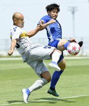 松山大―沖縄SV 前半、先制ゴールを決める沖縄SV・高原(左)=ありがとうサービス夢スタジアム
