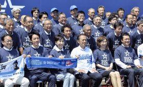 DeNAの2軍施設の完成式に出席した小泉進次郎議員(前列左から2人目)=17日、神奈川県横須賀市