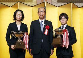 日本スケート連盟の表彰式で最優秀選手に相当するJOC杯を受賞した高木美帆(左)と宇野昌磨(右)=25日、東京都内(日本スケート連盟提供)