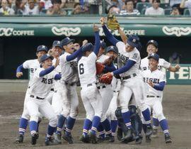 第101回全国高校野球選手権大会の決勝で星稜を破って初優勝を果たし、喜ぶ履正社ナイン=22日、甲子園球場