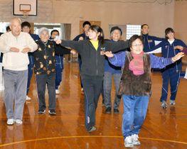 愛媛大ダンス部の学生と体を動かす町民ら