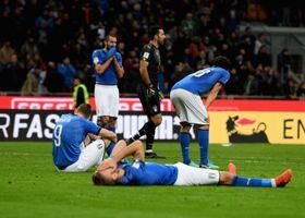 スウェーデンに2試合合計で敗れ、W杯出場を逃して落胆するイタリアの選手ら=13日、ミラノ(ゲッティ=共同)