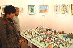 工夫を凝らした作品が並ぶ展示会=13日、静岡市駿河区のグランシップ