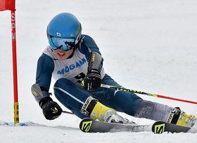 〈アルペン男子大回転〉2回ともトップタイムで頂点に立った青木理恩(山形六)=最上町・赤倉温泉スキー場国体コース