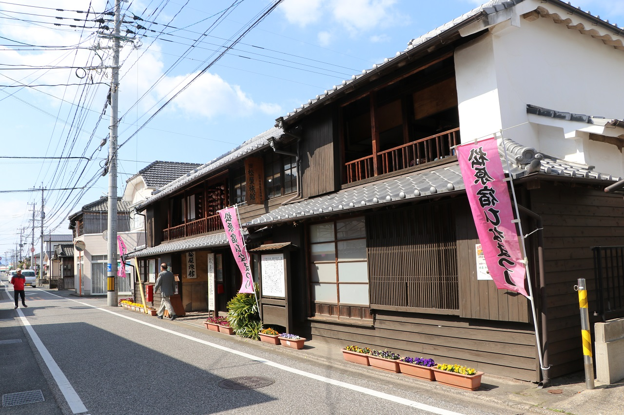 静かな通りに面し、木造の建物ならではの風情が漂う旧松屋旅館=2019年3月、長崎県大村市
