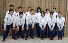 アジア大会に向けた記者会見で写真撮影に応じるボウリング男子の佐々木智之(前列左端)、女子の今井双葉(後列右から2人目)ら日本代表=14日、東京都渋谷区