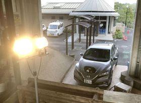日産の電気自動車「リーフ」から電力を供給した照明=12日、千葉県君津市