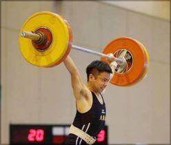 男子56キロ級で優勝した大商大の東野のスナッチ=埼玉県スポーツ総合センター(日本ウエイトリフティング協会提供)