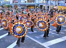 傘を操り踊る参加者=鳥取市末広温泉町、若桜街道