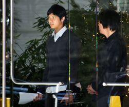 米大リーグ・エンゼルス入りが決まり、代理人事務所を訪れた大谷翔平選手=8日、ロサンゼルス(共同)