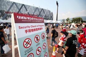 パシフィック・ネーションズカップで、大阪・花園ラグビー場の前に設置された手荷物検査実施についての案内=8月3日