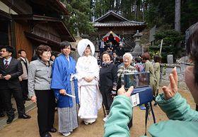 金野地区の住民、親族らと写真に納まる清水さん夫妻