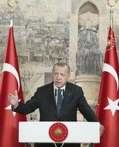 20日、トルコ・イスタンブールで一部外国メディアと会見するエルドアン大統領(トルコ大統領府、KAYHAN・OZER、アナトリア通信提供・共同)