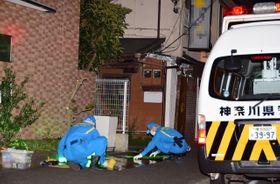 現場で鑑識活動を行う警察官=午後9時50分ごろ、横浜市南区