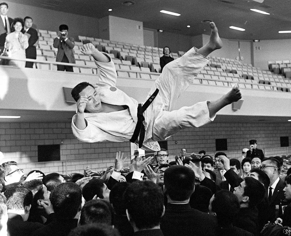 1964年10月22日、柔道の重量級で優勝し胴上げされる猪熊功選手