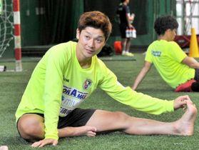 豊富な運動量で高知Uの中盤を支える松本翔。アスリートフードマイスターの資格をいかして、選手寮の食事作りも手伝う(春野運動公園)