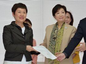 東京都議選における協力合意で「東京・生活者ネットワーク」の代表者(左)と写真に納まる小池百合子知事=21日午前、東京都内